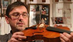 BYZNYS ŽIJE: Zákazníci mistrů houslařů z Lub? Herec Kemr i Japonci