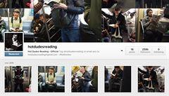 Nový hit na Instagramu. Pohlední mladíci, co čtou knihy v metru