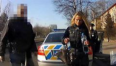 Pornoherečka řídila auto přes zákaz. Navíc byla zdrogovaná