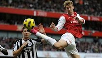Arsenal - Newcastle (Bendtner v akci).