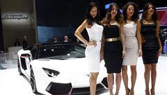 Rychlá auta a krásné modelky. Ženevský autosalon začal