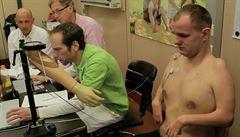 Litevec ovládá svou bionickou ruku mozkem
