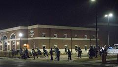 Ve Fergusonu to opět vře. V noci postřelili dva policisty