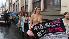 Polonahé ženy vyšly do ulic. Chtěly upozornit na špatný výběr podprsenek