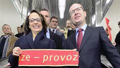 Novým úsekem metra A projeli první cestující. Sobotka slíbil Praze pomoc