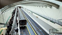 Metro A mezi Dejvickou a Motolem stálo. Policie chytala v tunelu podezřelého