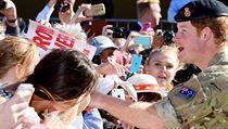 Polibky i dojetí. Princ Harry odjíždí po měsíci z Austrálie 3723860446