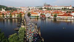 OBRAZEM: Praha jinak. Deset tisíc maratonců běželo i po Karlově mostě