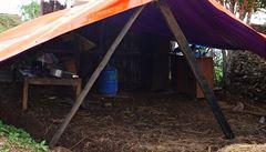 Nepálci se bojí spát pod střechou. Bydlí ve stanech na matracích