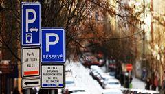Vláda zakázala ubytovací služby či omezila prodej pečiva. Ve městech končí parkovací zóny