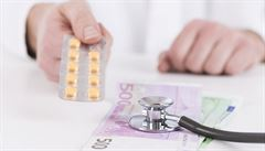 Podle nového průzkumu si užívání léků na předpis během covidu upravil v Česku každý desátý člověk