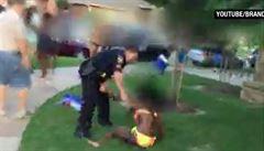 Policista, který na plovárně v Dallasu zaklekl čtrnáctiletou dívku, skončil