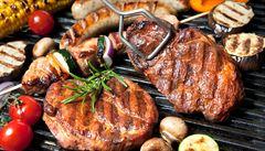 Užijte si léto bez nástrah. Pozor na grilované maso a přehnané opalování