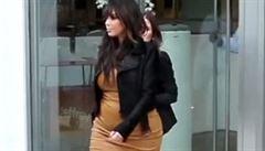Módní vzor? Těhotná Kim Kardashian nosí upnuté šaty a jehlové podpatky
