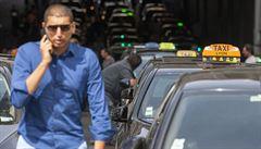 Taxikáři ochromili polská velkoměsta. Brzdili v ulicích, zlobili se na vládu a Uber