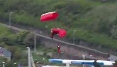 Parašutista zachránil svého kolegu přímo v průběhu přistání