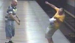 Policie našla útočníka, který shodil muže do kolejiště metra. Pomohla veřejnost