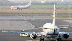 Ztráty leteckých společností jdou do stovek milionů dolarů, problémy hasí i 'cestovky'