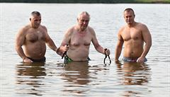 Zeman vyrazil na rybník, ale tentokrát nechal člun doma. Šel si s ochrankou zaplavat