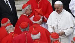 Kardinálové v šortkách aneb Jak vatikánská móda řeší horka