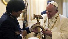 Papež v Bolívii dostal Krista na srpu a kladivu a převlékal se v Burger Kingu
