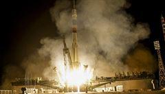 Sojuz se připojil k ISS, let se neobešel bez komplikací