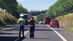 Auto narazilo do dvou autobusů a vzplálo. Tři lidé zemřeli, 17 se zranilo