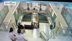 Číňanka zahynula při pádu do útrob eskalátorů v nákupním centru
