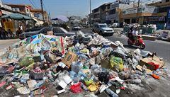Hory neodklizených odpadků zaplavily ulice Bejrútu nesnesitelným zápachem