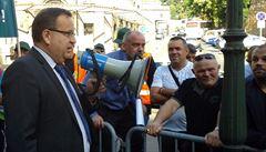 Stovka hornických odbojářů demonstruje před úřadem vlády. Požaduje prolomení limitů těžby