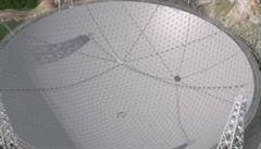 Čína dokončuje obří teleskop ke zkoumání vesmíru. Má zabrat celé údolí