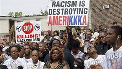 Během pochodu za připomenutí zabitého černocha ve Fergusonu někdo střílel