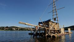 Čech chce přeplavat Atlantik na voru ze smrkového dřeva. Trénuje na Lipnu