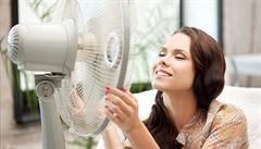 Mokré prostěradlo u okna, pyžamo do lednice. Jak se bránit vedru doma?