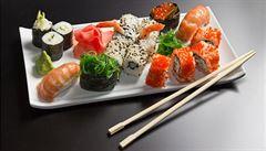 Příborem ne. Zkuste jíst sushi raději rukama, radí šéfkuchař