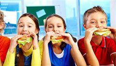 Čokoládové tyčinky i sušenky. Nezdravé potraviny zmizí ze škol