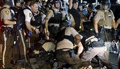 Nepokoje ve Fergusonu pokračují, policie zatkla sedmdesát demonstrantů