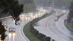 Bahnité potoky se valily přes D1. Nový úsek dálnice neustál přívalový déšť