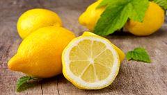 Zeptali jsme se vědců: Proč při pálení žáhy pít citronovou šťávu?