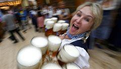 Lidé v horku po pivu nešílí. Teplé léto pokles prodeje nezastavilo