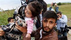 Jak odstrašit uprchlíky? Maďarská policie použila slzný plyn, vláda zvažuje nasazení armády