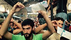 MACHÁČEK: Proč mají uprchlíci smartphony?