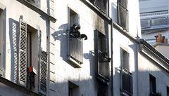 Při požáru v Paříži zahynulo osm lidí, včetně dětí. Dva zemřeli po skoku z okna