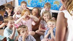 Přeplněné školky nutí rodiče citově vydírat a uplácet
