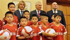 Nedvěd otevřel v Číně fotbalovou školu. Zeman ho představil jako nejlepšího hráče světa