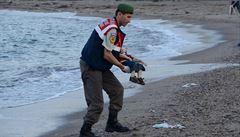 Evropou otřásla fotografie mrtvého chlapce. Otevře se uprchlíkům? ptají se britská média
