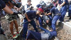 Brutální maďarská policie? Do kolejiště uprchlíky neshodili oni, ale jiný migrant