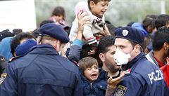Maďarsko se uzavírá před uprchlíky, vyhlašuje krizový stav. Slovensko žádá summit EU