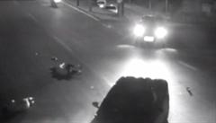 Děsivá dopravní nehoda v Číně: kamera zachytila dvě těla letící vzduchem