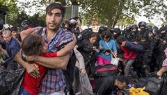 Uprchlíci prolomili plot, policie použila slzný plyn: desítky zraněných včetně dětí